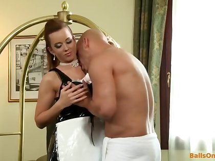 Sexy brunette babe fucks as battle-axe in the hotel ground